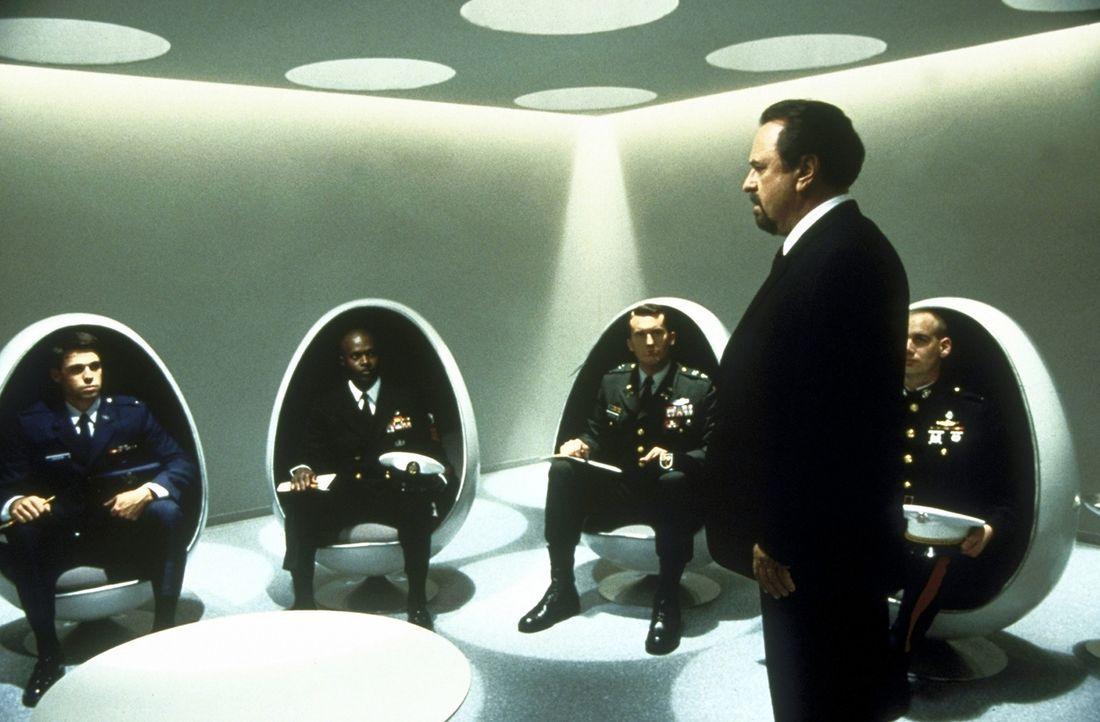 Im Sonderdezernat für Außerirdische werden die Agenten von Chief Zed ( Rip Torn, r.) auf ihre Mission eingeschworen ... - Bildquelle: Columbia TriStar