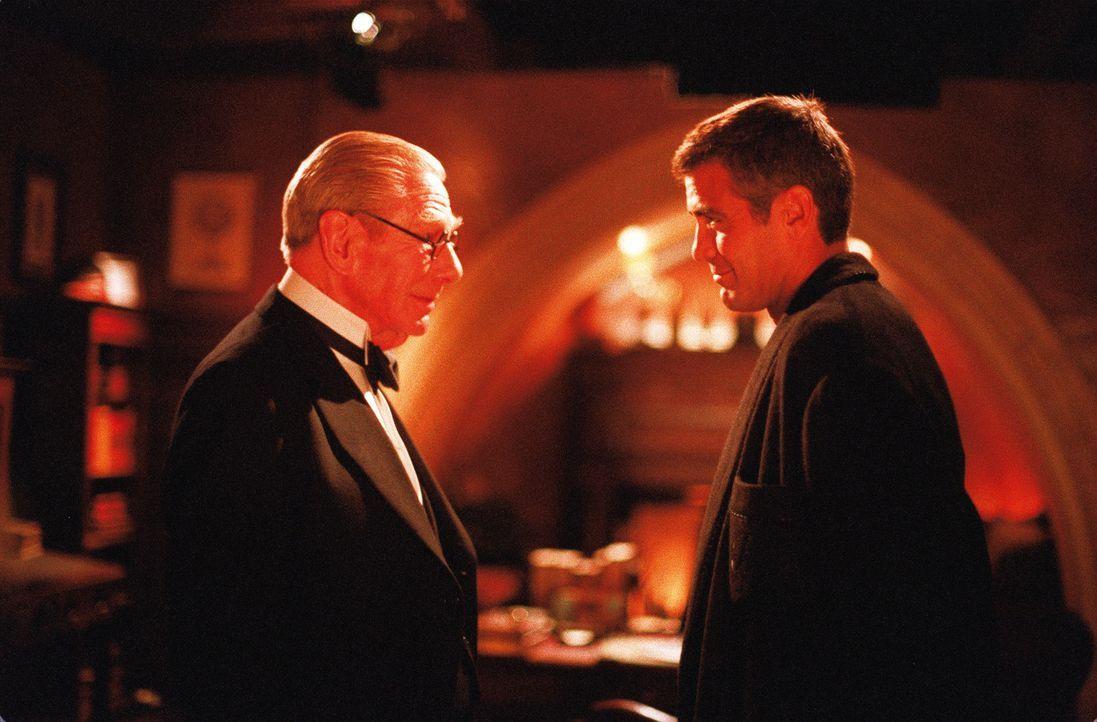 Bruce Wayne (George Clooney, r.) und Butler Alfred Pennyworth (Michael Gough, l.) verbindet eine tiefe Freundschaft. Doch der alte Butler leidet unt... - Bildquelle: Warner Bros. Pictures