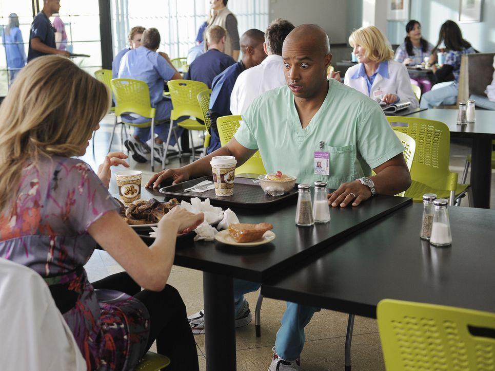 Elliot (Sarah Chalke, l.) versucht Turk (Donald Faison, r.) etwas aufzuheitern ... - Bildquelle: Touchstone Television
