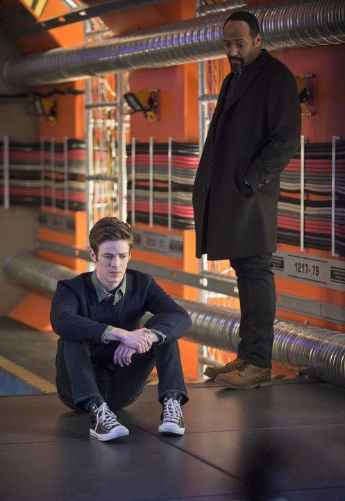 Als sein Vater in die Hände des Tricksters fällt und Barry (Grant Gustin, l.) als Flash nichts tun kann, ist er am Boden zerstört. Joe (Jesse L. Mar... - Bildquelle: Warner Brothers.
