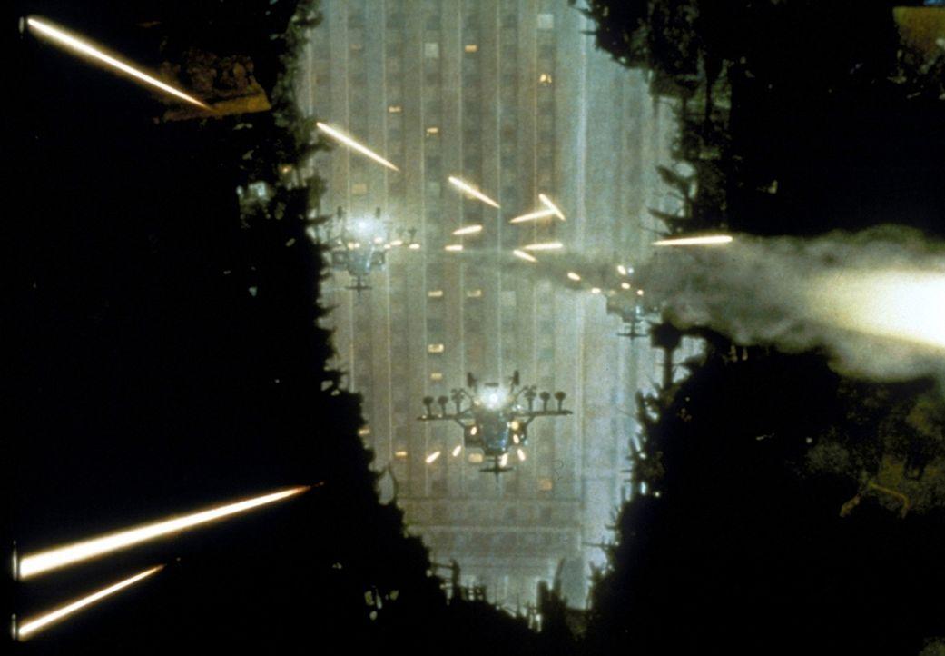 Auf der Flucht vor dem  Army-Hubschrauber zieht sich Godzilla in einen halb zerstörten Wolkenkratzer zurück. Dennoch erwartet den unvorsichtigen P... - Bildquelle: 1998 TriStar Pictures, Inc. All Rights Reserved.