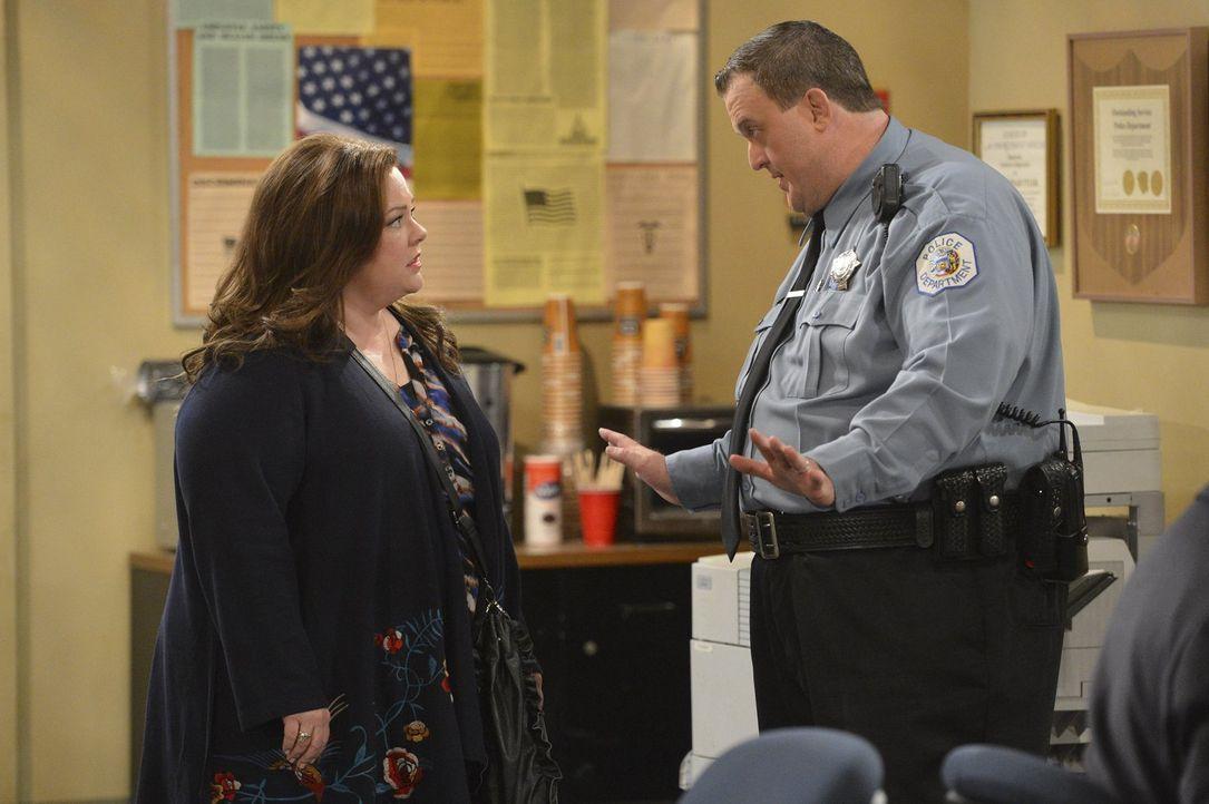 Streit bei Mike (Billy Gardell, r.) und Molly (Melissa McCarthy, l.) wegen der nervigen Schriftstellerin J. C. Small ... - Bildquelle: Warner Brothers