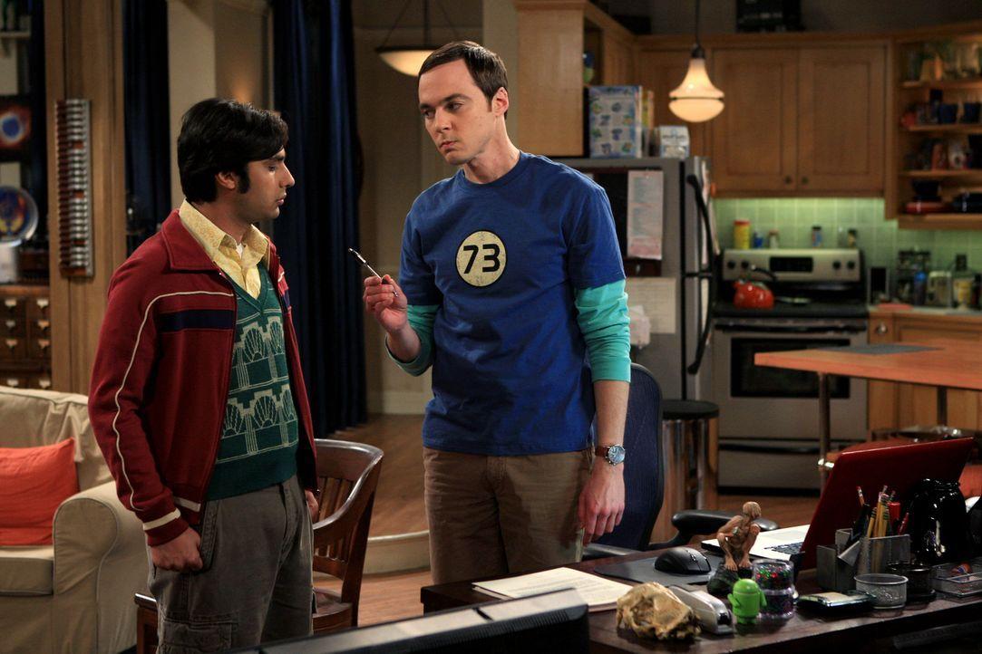 Als Raj (Kunal Nayyar, l.) erfährt, dass Leonard und Priya eine Star Trek-Fantasie in seiner Wohnung umsetzen, zieht er kurzerhand bei Sheldon (Jim... - Bildquelle: Warner Bros. Television