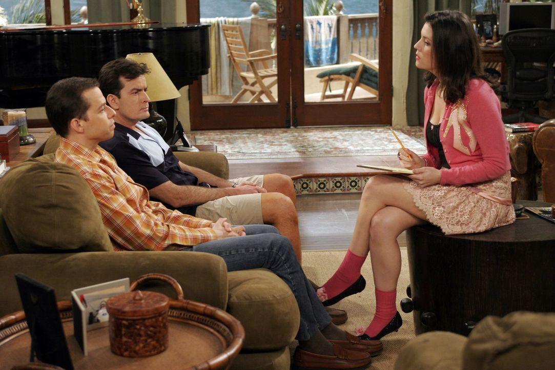 Rose (Melanie Lynskey, r.) will sich die ewigen Streitereien zwischen Charlie (Charlie Sheen, M.) und Alan (Jon Cryer, l.) nicht länger anhören un... - Bildquelle: Warner Bros. Television