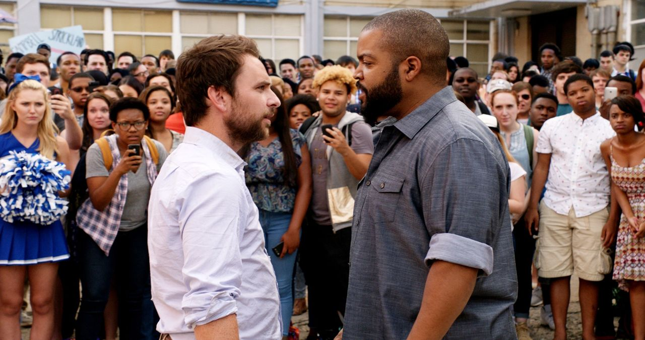 Andy Campbell (Charlie Day, l.); Strickland (Ice Cube, r.) - Bildquelle: 2017 Warner Bros. Entertainment Inc., Village Roadshow Films North America Inc. and RatPac-Dune Entertainment LLC. All rights reserved.