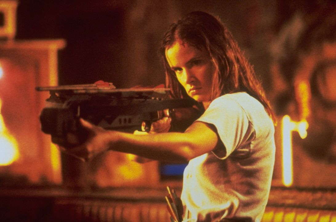 Unerschrocken bietet Kate (Juliette Lewis) den Vampiren die Stirn ... - Bildquelle: 1995 Miramax, LLC . All Rights Reserved.