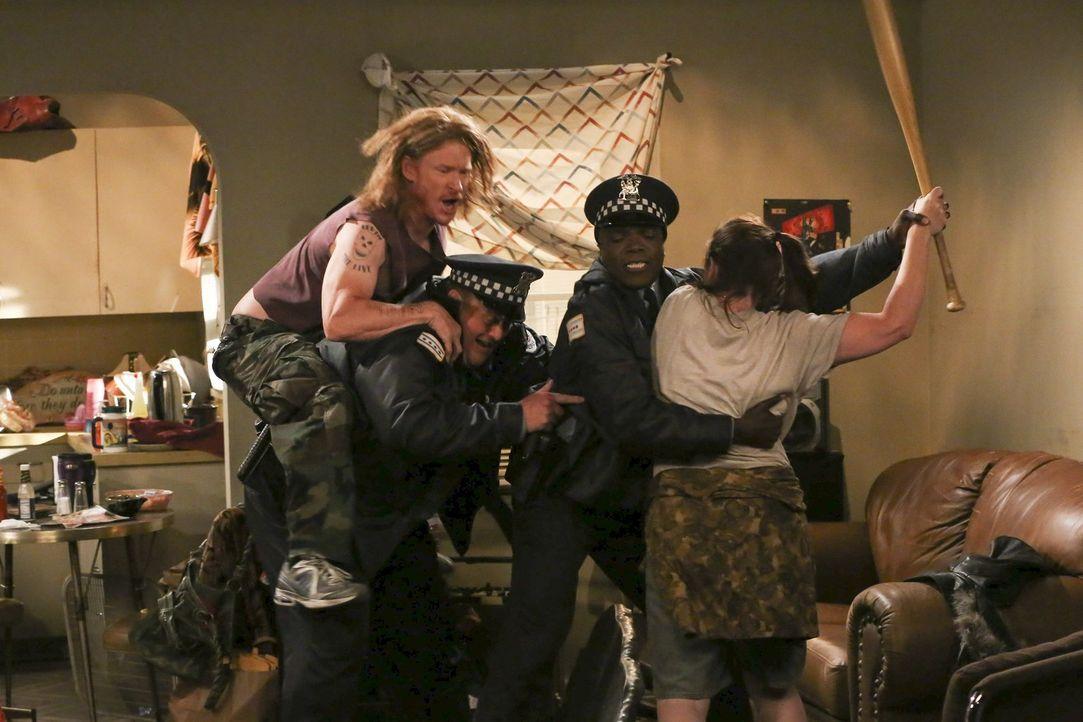 Mike (Billy Gardell, 2.v.l.) und Carl (Reno Wilson, 2.v.r.) haben einen ganz besonderen Einsatz ... - Bildquelle: Warner Brothers