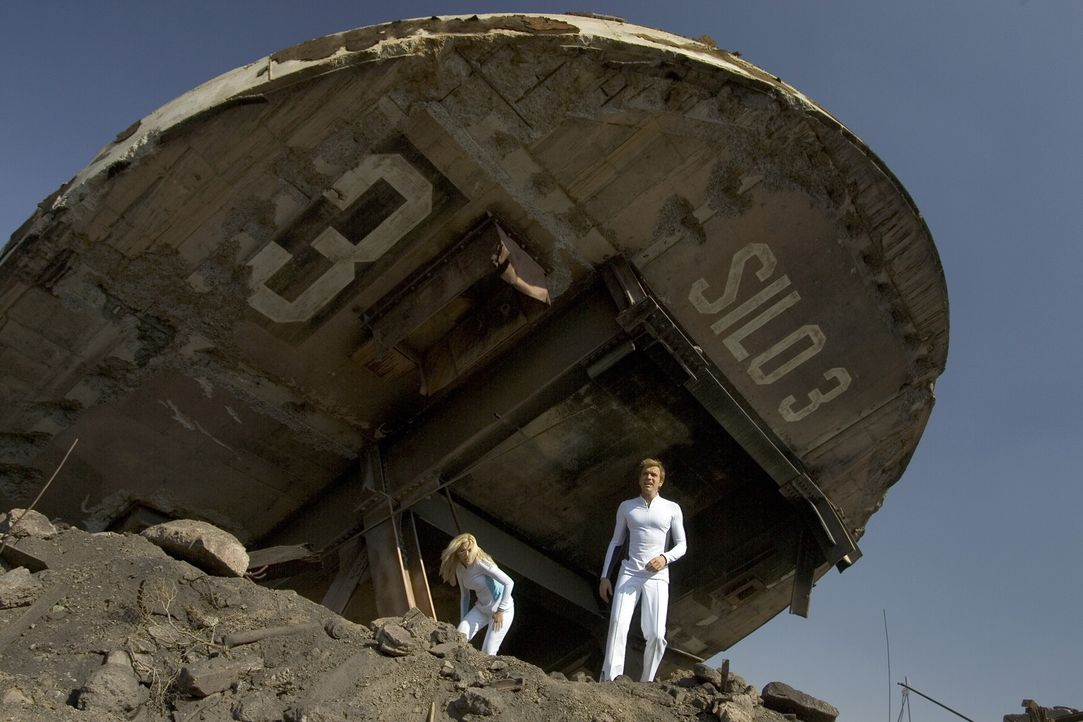 Mitte des 21. Jahrhunderts leben Lincoln Six-Echo (Ewan McGregor, r.) und Jordan Two-Delta (Scarlett Johansson, l.) in einer High-Tech-Wohnanlage. S... - Bildquelle: Warner Bros. Television