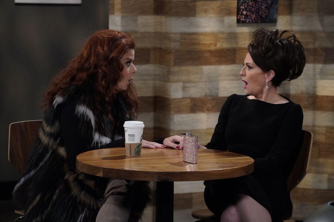 Wie wird Karen (Megan Mullally, r.) reagieren, wenn Grace (Debra Messing, l.) ihr von einer unerwarteten Beziehung erzählt? - Bildquelle: Chris Haston 2017 NBCUniversal Media, LLC