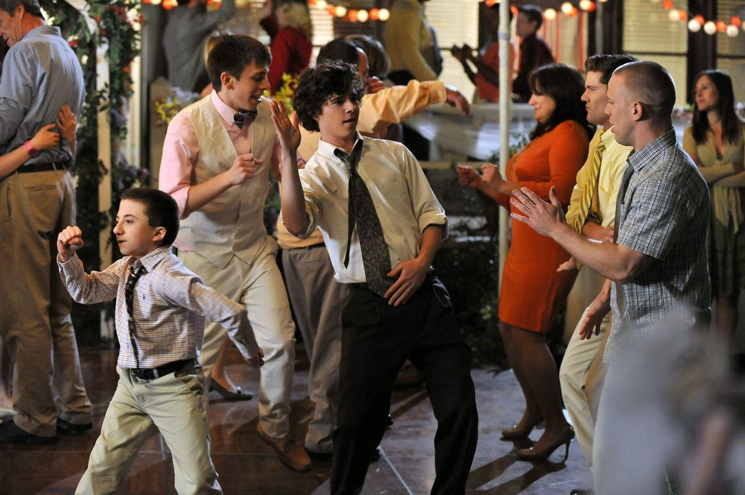 Brick (Atticus Shaffer, l.), Brad (Brock Ciarlelli, 2.v.l.), Axl (Charlie McDermott, M.), Sean (Beau Wirick, 2.v.r.) und Darrin (John Gammon, r.) am... - Bildquelle: Warner Brothers