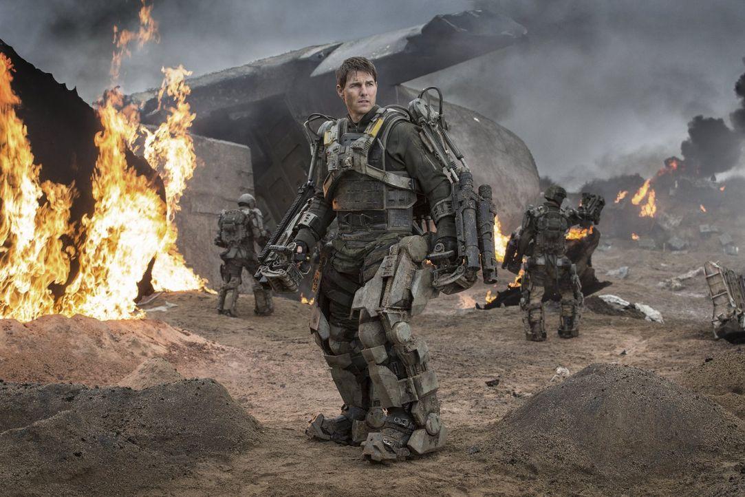Bei einem Einsatz gegen eine hochentwickelte Alienrasse wird der unerfahrene Soldat Bill Cage (Tom Cruise) getötet - und kommt wieder zu sich, am Mo... - Bildquelle: Warner Bros. Television