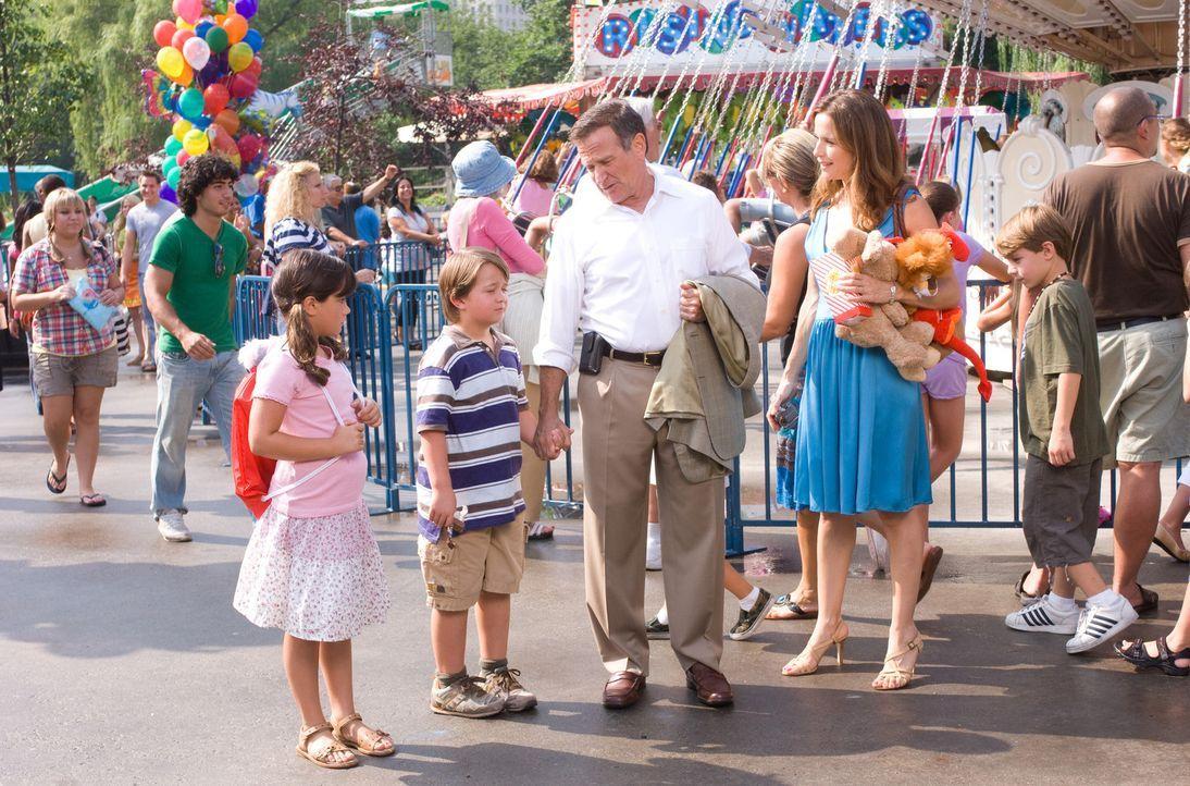 Eine glückliche Familie? Vicki (Kelly Preston, r.), Emily (Ella Bleu Travolta, l.), Zach (Conner Rayburn, 2.v.l.) und Dan (Robin Williams, 2.v.r.) .... - Bildquelle: Walt Disney Pictures.  All rights reserved