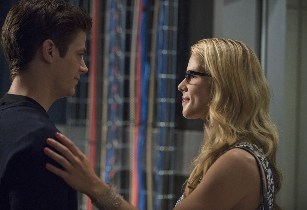 Gemeinsam nehmen sie den Kampf gegen Captain Cold auf: Felicity (Emily Bett Rickards, r.) und Barry (Grant Gustin, l.) ... - Bildquelle: Warner Brothers.