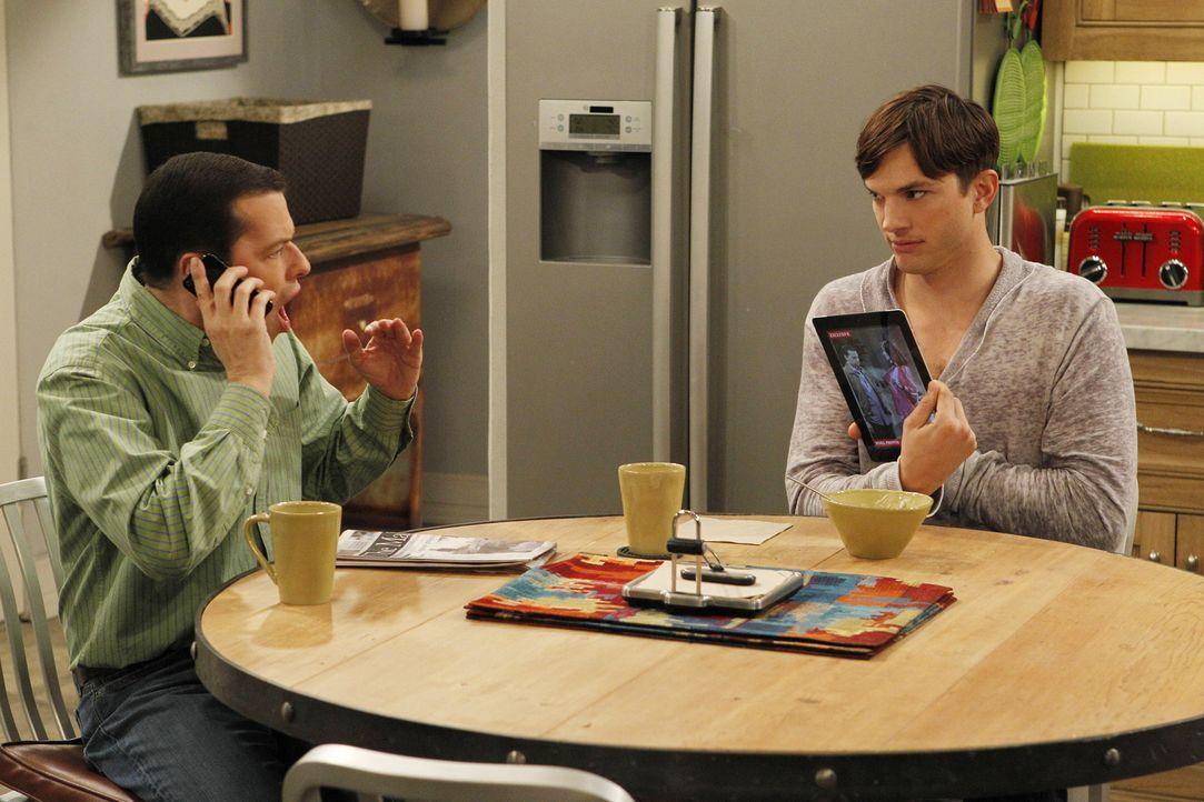 Walden (Ashton Kutcher, r.) kann nicht verstehen, dass Kandi und Alan (Jon Cryer, l.) verheiratet waren ... - Bildquelle: Warner Bros. Television