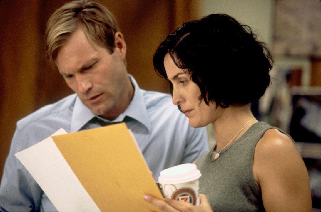 Als der FBI-Agent Thomas Mackelway (Aaron Eckhart, l.) zusammen mit seiner Partnerin Fran Kulok (Carrie-Anne Moss, r.) einen Mordfall untersucht, fä... - Bildquelle: 2006 Sony Pictures Television International