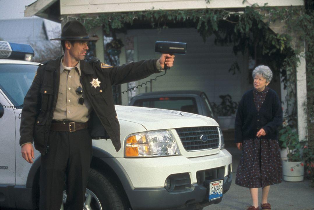 Kann Sheriff Harris (C. Thomas Howell, l.) die Einwohner davon überzeugen, aus der Stadt zu flüchten? - Bildquelle: Regent Entertainment
