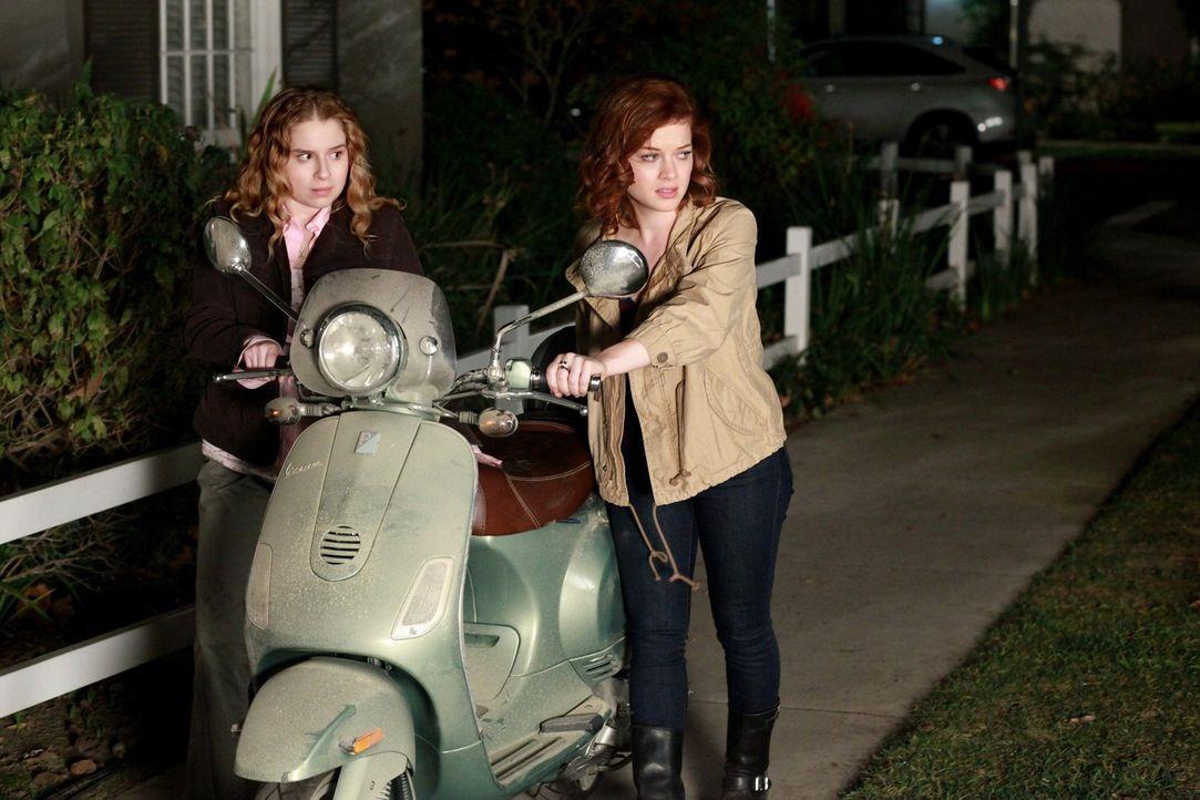 Der Kauf eines Rollers endet für Tessa (Jane Levy, r.) und Lisa (Allie Grant, l.) etwas unglücklich ... - Bildquelle: Warner Brothers