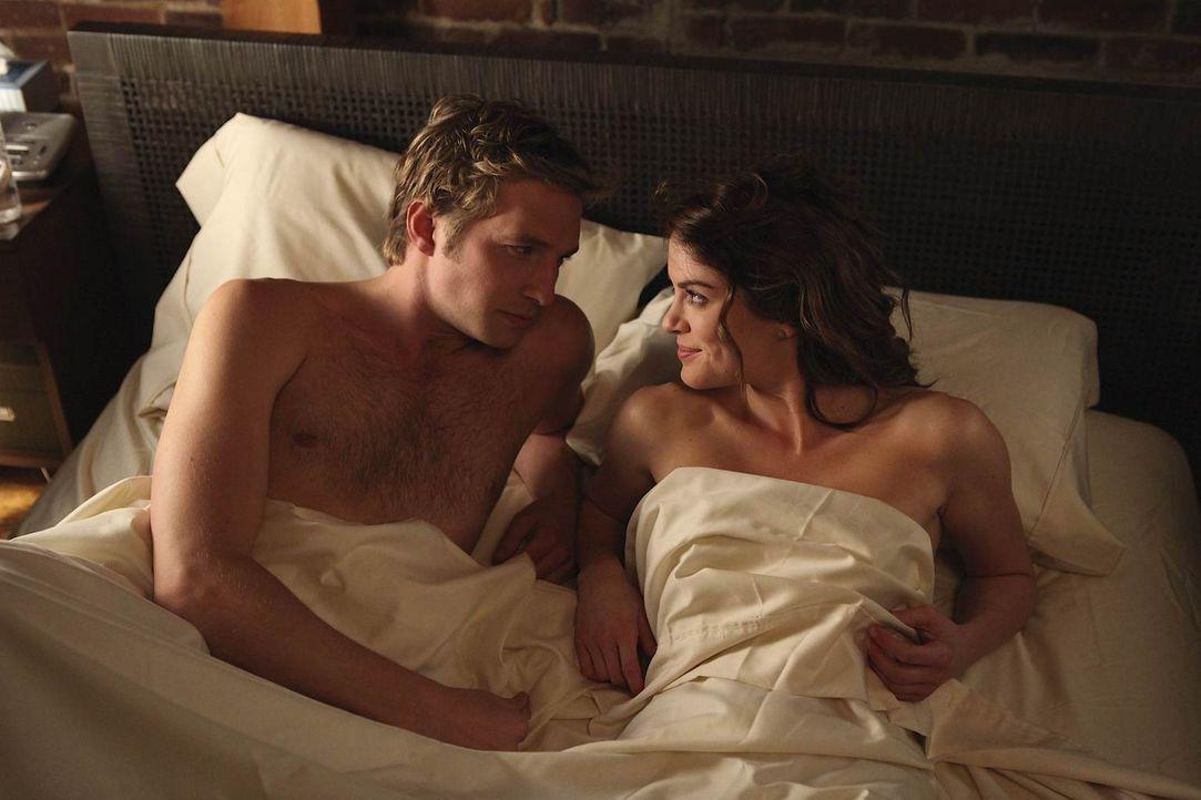 Auf der Suche nach der wahren große Liebe, landen die beide Freunde Ben (Ryan Hansen, r.) und Sara (Danneel Ackles, l.) immer mal wieder zusammen im... - Bildquelle: NBC Universal, Inc.