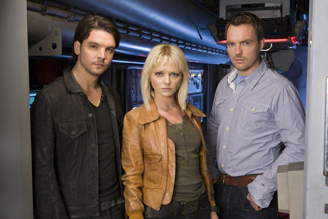 Im Kampf gegen mörderische Kreaturen: Abby (Hannah Spearritt, M.), Connor (Andrew Lee Potts, l.) und Matt (Ciaran McMenamin, r.) ... - Bildquelle: ITV Plc
