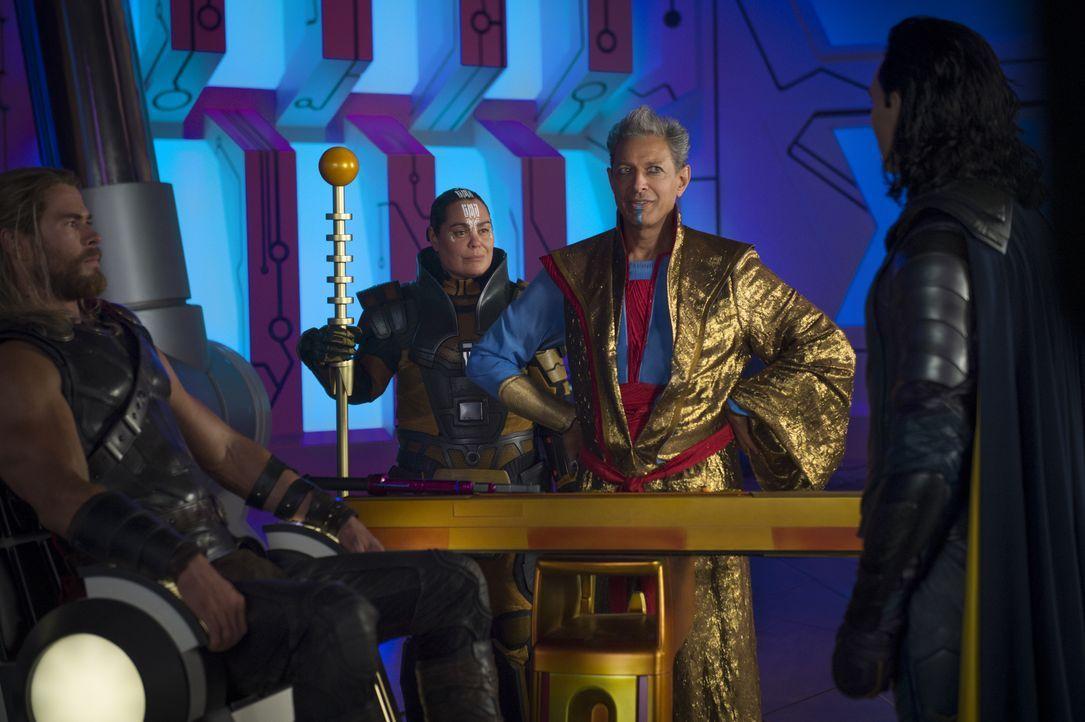 (v.l.n.r.) Thor (Chris Hemsworth); Topaz (Rachel House); Grandmaster (Jeff Goldblum); Loki (Tom Hiddleston) - Bildquelle: Jasin Boland Marvel Studios 2017 / Jasin Boland