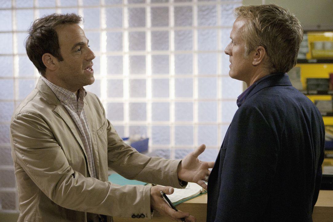 Cooper (Paul Adelstein, l.) hat sich Stammzellen von Robert Weston (Patrick Fabian, r.) erschlichen um seine Patientin zu retten. Doch wird das Kons... - Bildquelle: ABC Studios
