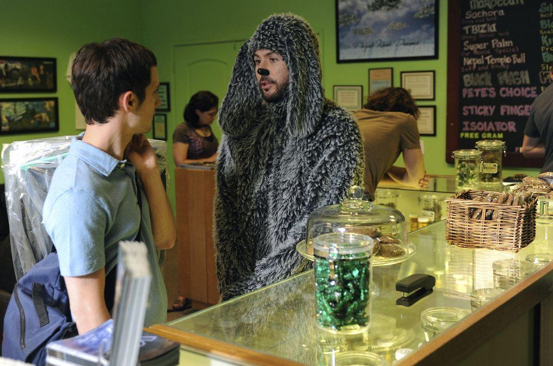 Das erste Mal in seinem Leben empfindet Ryan (Elijah Wood, l.) wahres Glück und Wilfred (Jason Gann, r.) ist auf dem besten Wege, dies wieder zu zer... - Bildquelle: 2011 FX Networks, LLC. All rights reserved.