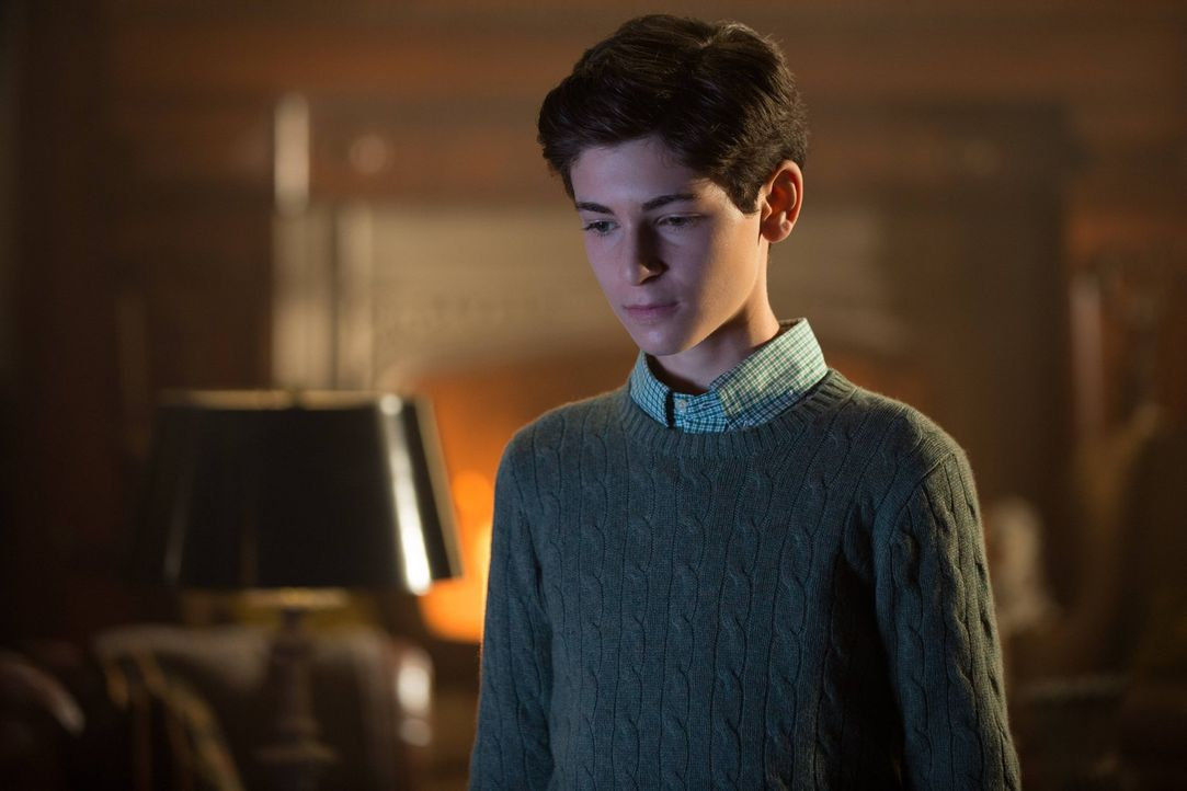 Bruce (David Mazouz) steht zwischen den beiden Damen seiner Wahl und muss sich für eine der beiden entscheiden, während Theo Galavan weiter sein hin... - Bildquelle: Warner Brothers