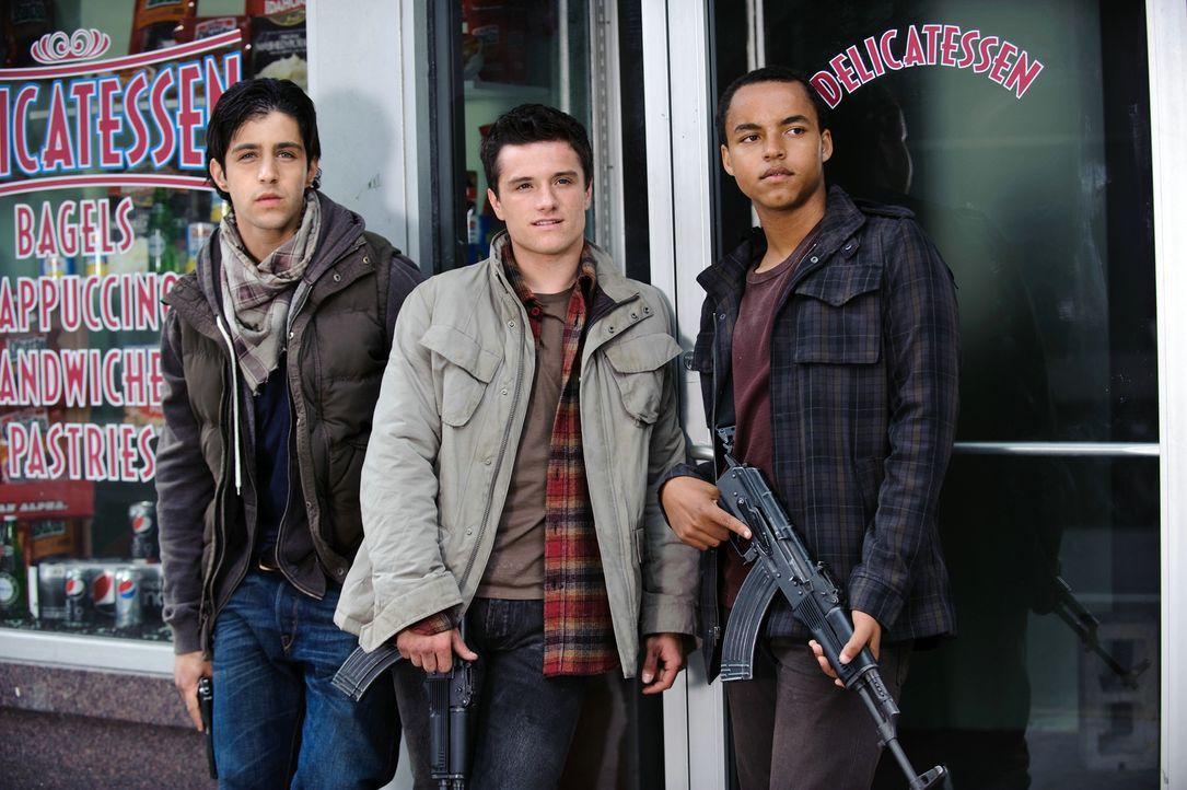 Eigentlich sind Matt (Josh Peck, l.), Robert (Josh Hutcherson, M.) und Daryl (Connor Cruise, r.) ganz normale amerikanische Jugendliche, doch als ei... - Bildquelle: 2012 Concorde Filmverleih GmbH