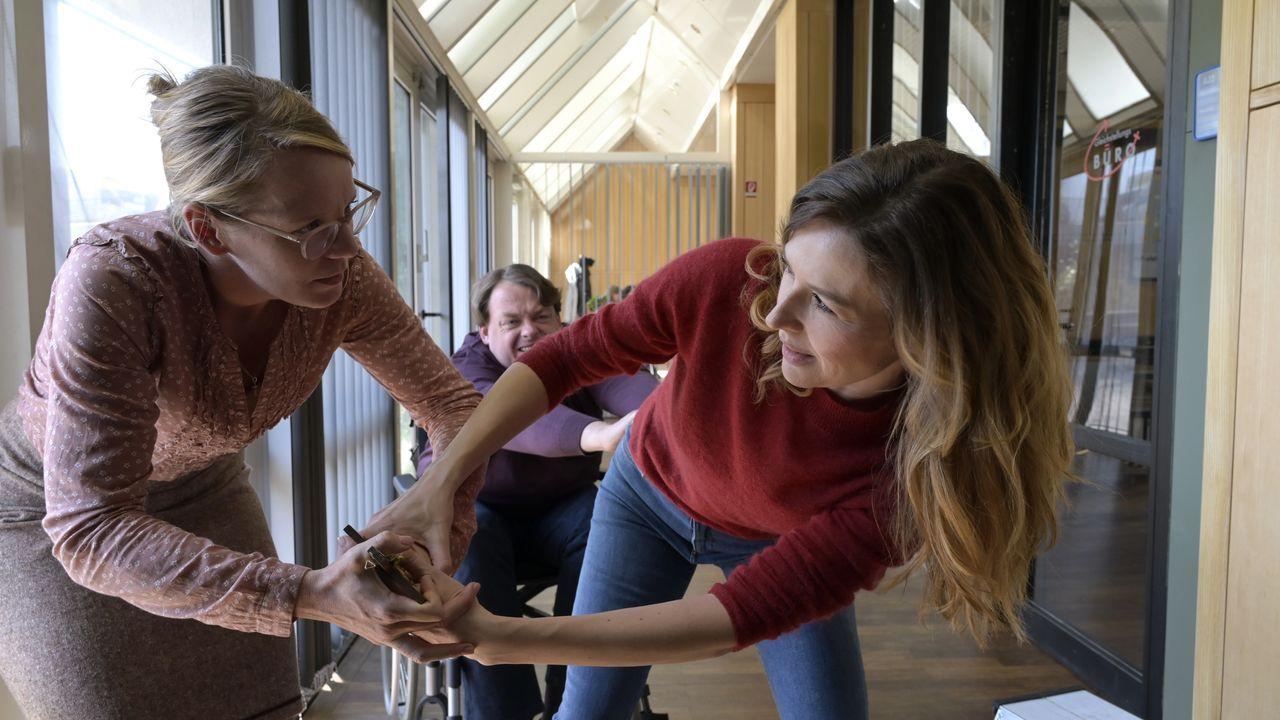 Frau Lowitz (Katrin Wichmann, l.); Eva Jordan (Katrin Bauerfeind, r.) - Bildquelle: Christiane Pausch ProSieben / Christiane Pausch