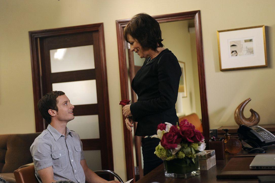 Beth (Jane Kaczmarek, r.) hat spezielle sexuelle Wünsche, die sie von Ryan (Elijah Wood, l.) abfordert ... - Bildquelle: 2011 FX Networks, LLC. All rights reserved.