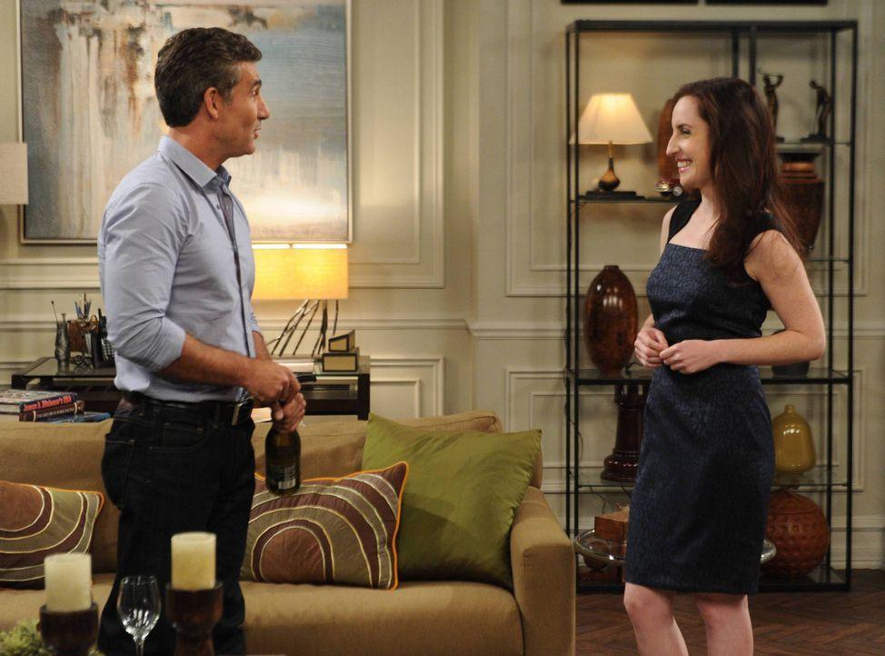 Als Kenneth (Michael B. Silver, l.) Kate (Zoe Lister Jones, r.) eröffnet, dass er eine Tochter hat, bekommt sie Panik und flüchtet ... - Bildquelle: 2013 CBS Broadcasting, Inc. All Rights Reserved.