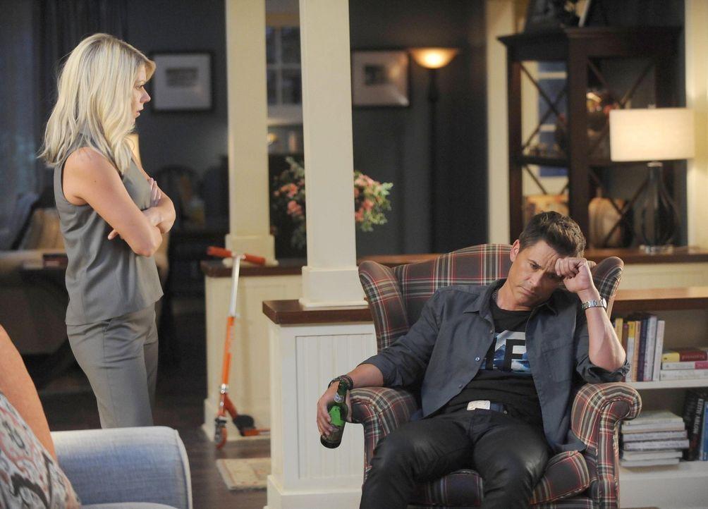 Dean (Rob Lowe, r.) rät Debbie (Mary Elizabeth Ellis, l.) eine Beförderung einzufordern, was jedoch ausschließlich dafür sorgt, dass sie sich plötzl... - Bildquelle: 2015-2016 Fox and its related entities.  All rights reserved.