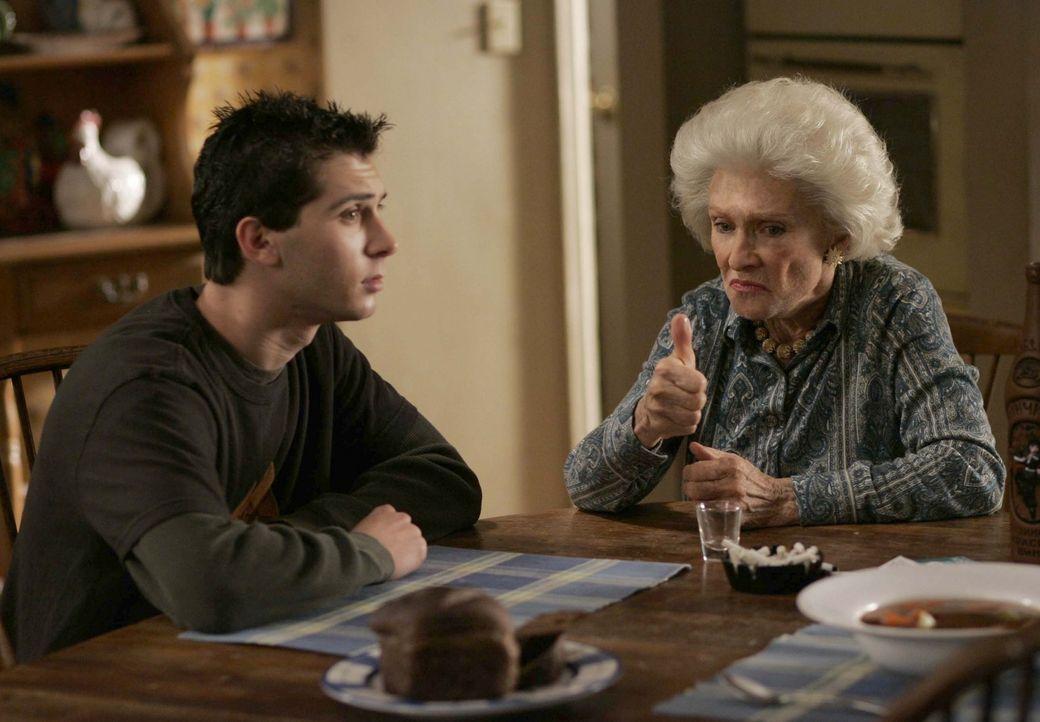 Ida (Cloris Leachman, r.) möchte Reese (Justin Berfiled, l.) gerne mit Raduca, ihrer persönlichen Sklavin, verheiraten, doch zuerst muss der Tradi... - Bildquelle: TM +   2000 Twentieth Century Fox Film Corporation. All Rights Reserved.