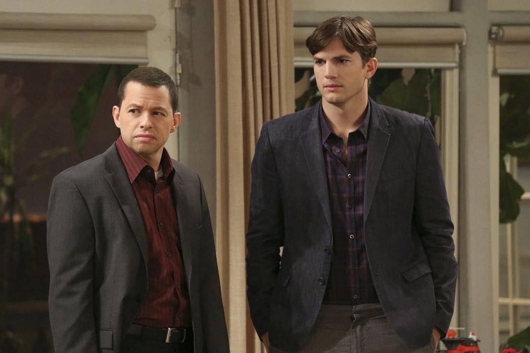 Alan (Jon Cryer, l.) und Walden (Ashton Kutcher, r.) suchen Spielkameraden für ihren Pflegesohn Louis. In einen Spielpark werden sie allerdings nich... - Bildquelle: Warner Brothers Entertainment Inc.