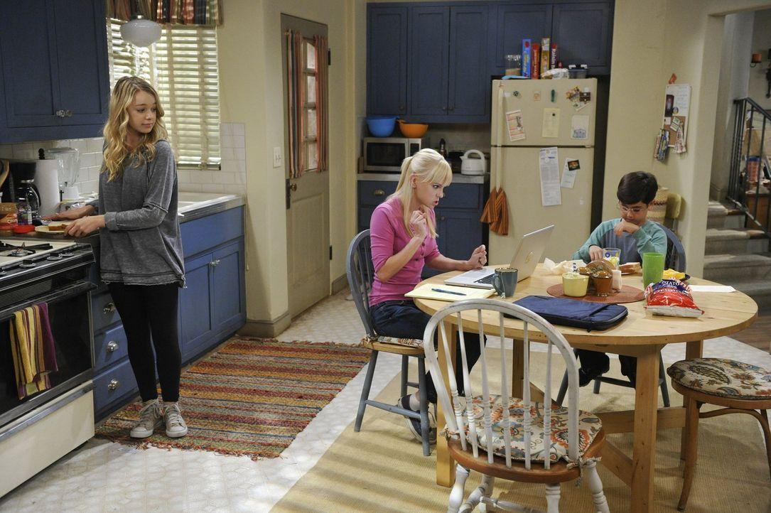 Weil sie sich mit der Jobsuche schwer tut, lässt Christy (Anna Faris, M.) ihren Frust bei Violet (Sadie Calvano, l.) und Roscoe (Blake Garrett, r.)... - Bildquelle: Warner Bros. Television