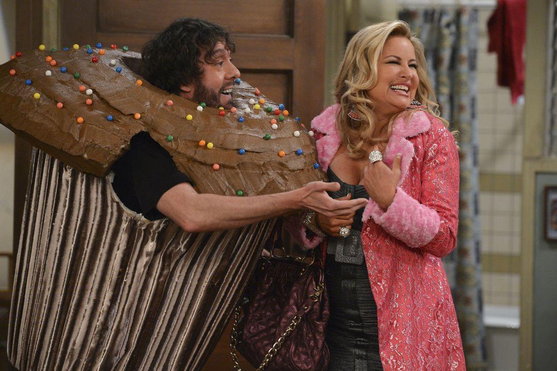 Oleg (Jonathan Kite, l.) verwandelt sich in einen Cup-Cake, den aber nur Sophie (Jennifer Coolidge, r.) zu anbeißen findet ... - Bildquelle: Warner Bros. Television
