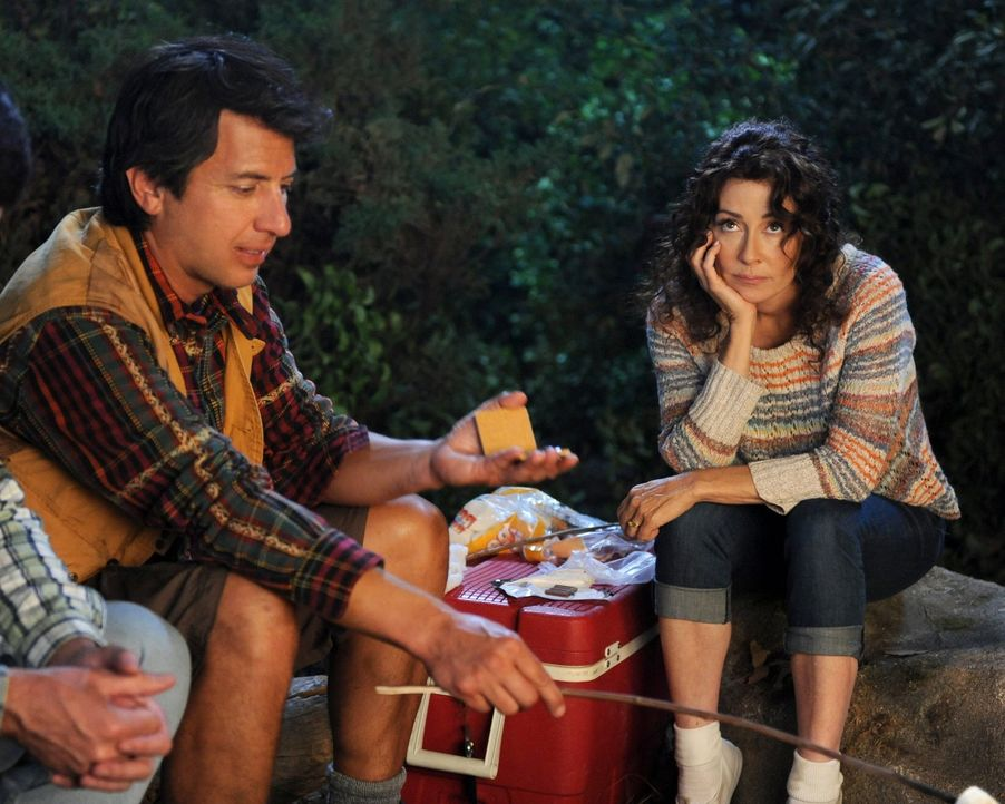 Mike und Frankie (Patricia Heaton, r.) überreden ihre Kinder, sie auf einen Campingtrip zu begleiten. Dabei war ihr letzter Ausflug damals in ihren... - Bildquelle: Warner Brothers