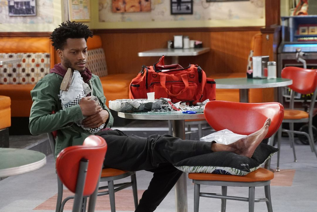 Als Franco (Jermaine Fowler) sich den Fuß verletzt, aber für die Arztrechnung nicht aufkommen kann, entschließen sich seine Freunde aus dem Donut La... - Bildquelle: Monty Brinton 2017 CBS Broadcasting, Inc. All Rights Reserved