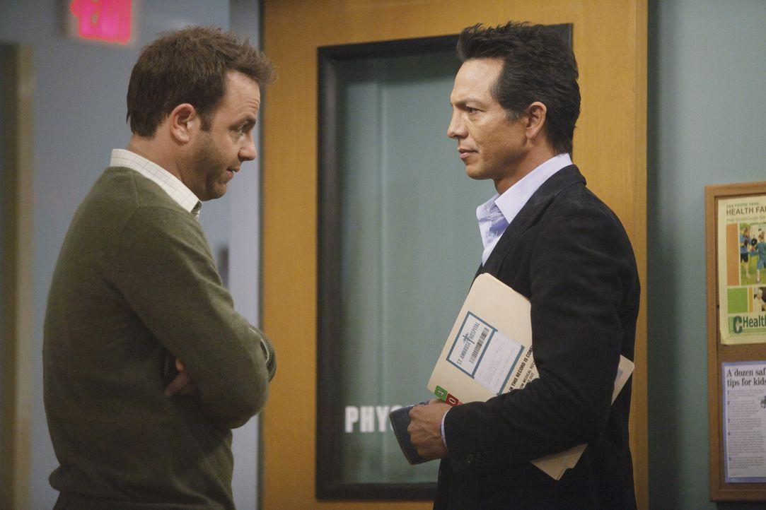 Während sich Cooper (Paul Adelstein, l.) und Jake (Benjamin Bratt, r.) um Mason Sorgen machen, findet Amelia heraus, dass für Erica eine Chance au... - Bildquelle: ABC Studios