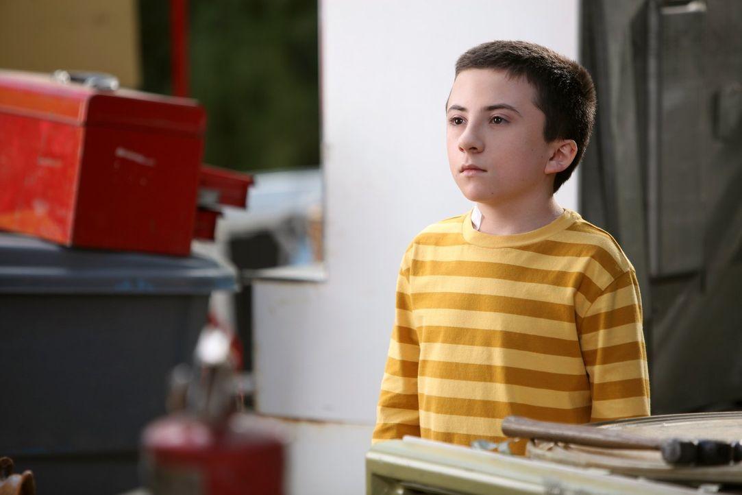 Als Brick (Atticus Shaffer) ein vierblättriges Kleeblatt findet, hat er plötzlich nur noch Pech. Unterdessen hat Frankie Probleme damit, einen geeig... - Bildquelle: Warner Brothers