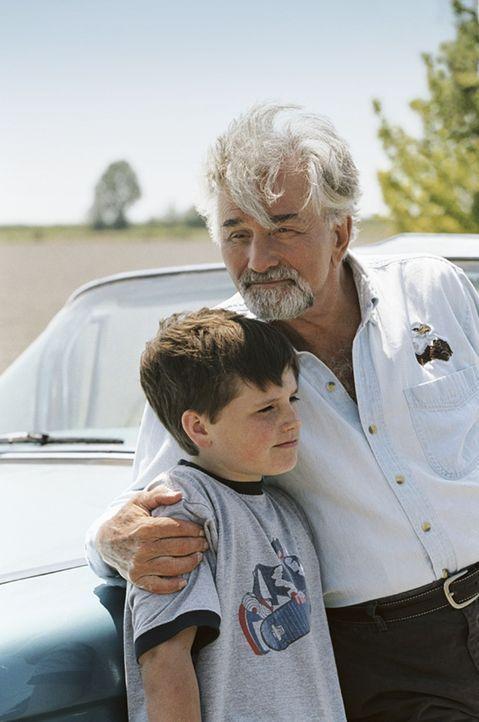 Enkel (Josh Hutcherson, l.) und Großvater (Peter Falk, r.) erleben ein unglaubliches Abenteuer, das ihnen hilft, die eigene Familie näher zusammenzu... - Bildquelle: CBS International Television