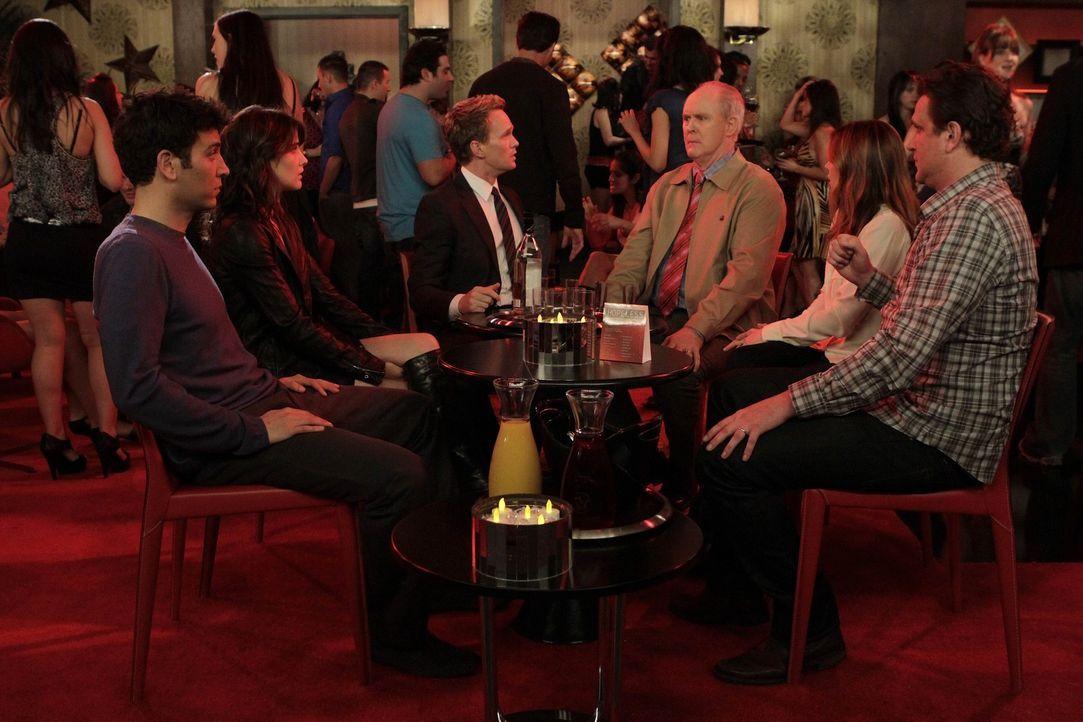 Nachdem Barney (Neil Patrick Harris, 3.v.l.) seinen Vater (John Lithgow, 3.v.r.) endlich kennengelernt hat, ist er enttäuscht, dass dieser ein rich... - Bildquelle: 20th Century Fox International Television