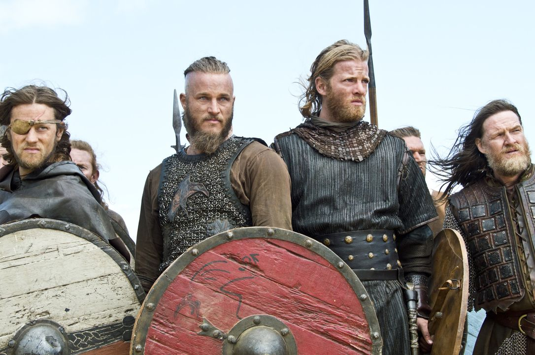 Der Kampf beginnt: Ragnar (Travis Fimmel, 2.v.l.) und die Streitkräfte von König Horik (Donal Logue, r.) stehen sich in einer großen Schlacht mit de... - Bildquelle: Bernard Walsh 2013 TM TELEVISION PRODUCTIONS LIMITED/T5 VIKINGS PRODUCTIONS INC. ALL RIGHTS RESERVED.