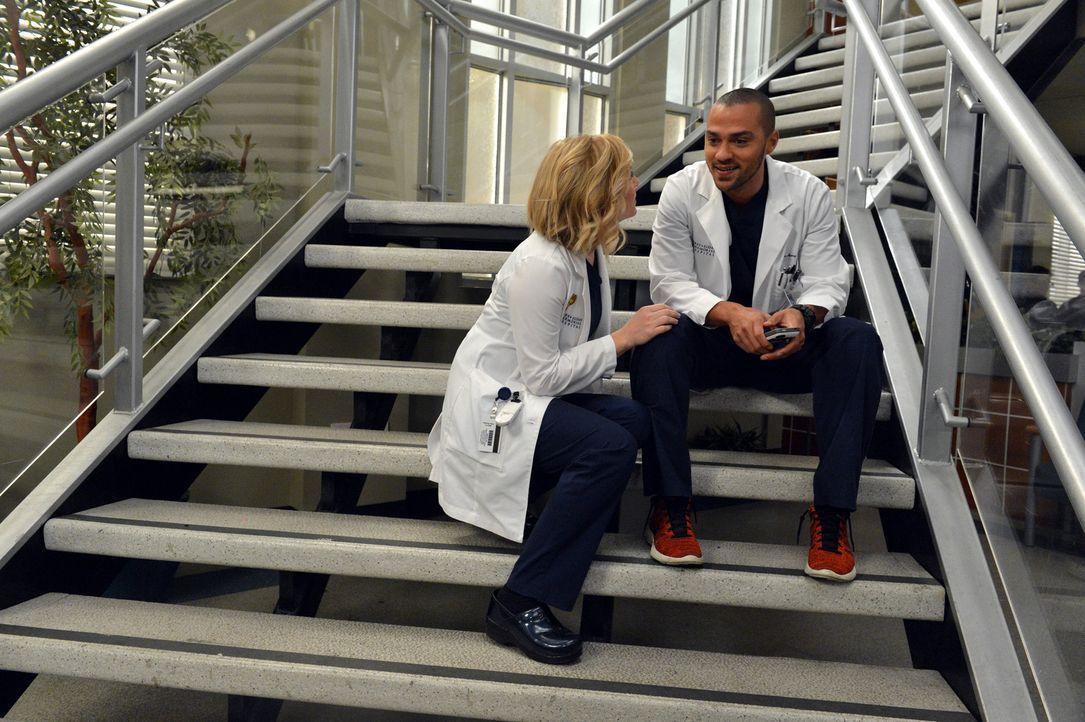 Müssen sich an die neu Anti-Beziehungs-Politik im Krankenhaus halten: Jackson (Jesse Williams, r.) und Arizona (Jessica Capshaw, l.) ... - Bildquelle: ABC Studios