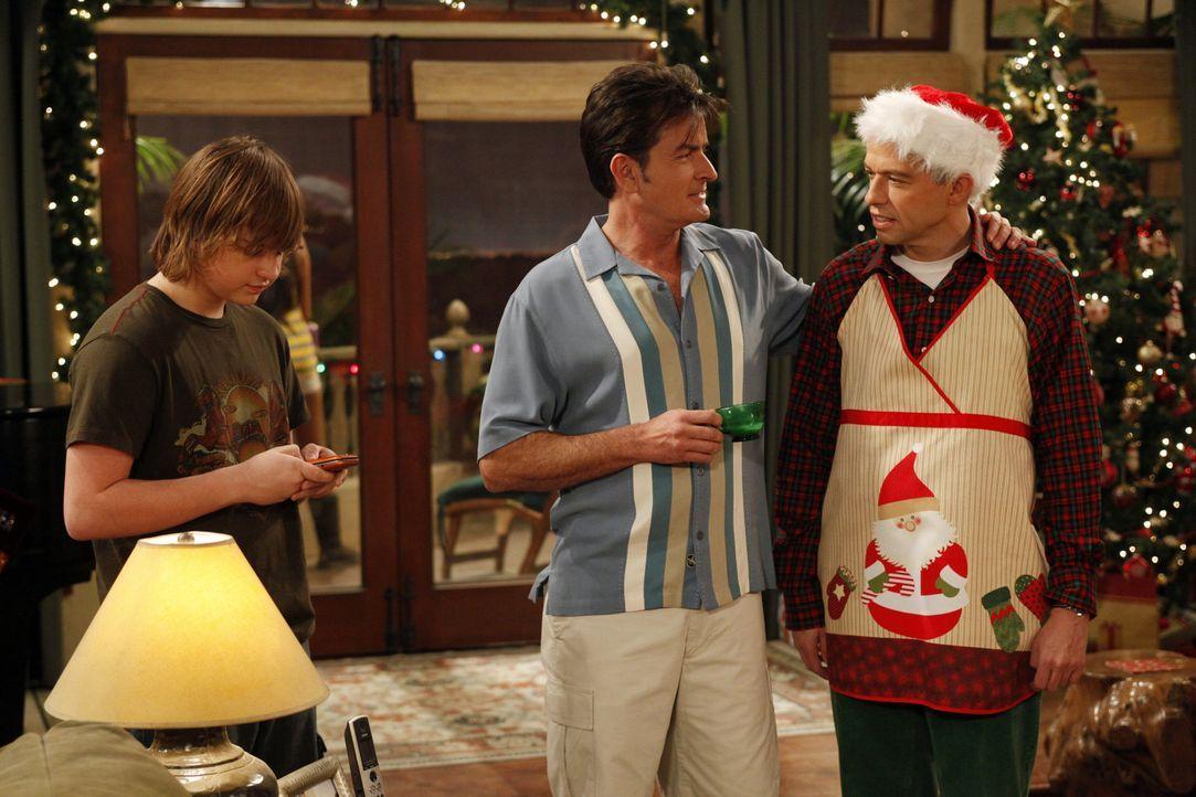 Jake (Angus T. Jones, l.) interessiert sich für ein neues Mädchen, zögert jedoch, weil er ein schlechtes Gewissen wegen seiner über die Feiertag... - Bildquelle: Warner Brothers