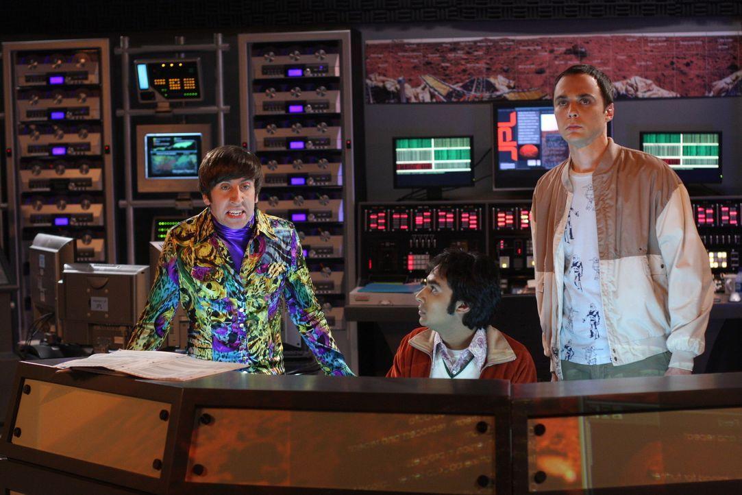 Sheldon (Jim Parsons, r.) und Raj (Kunal Nayyar, M.) müssen Howard (Simon Helberg, l.) behilflich sein, der das Marsgefährt in einen Graben gesetz... - Bildquelle: Warner Bros. Television