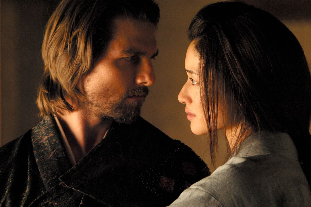 Schon bald verliert Nathan (Tom Cruise, l.) sein Herz an die attraktive Taka (Koyuki, r.) ... - Bildquelle: Warner Bros.