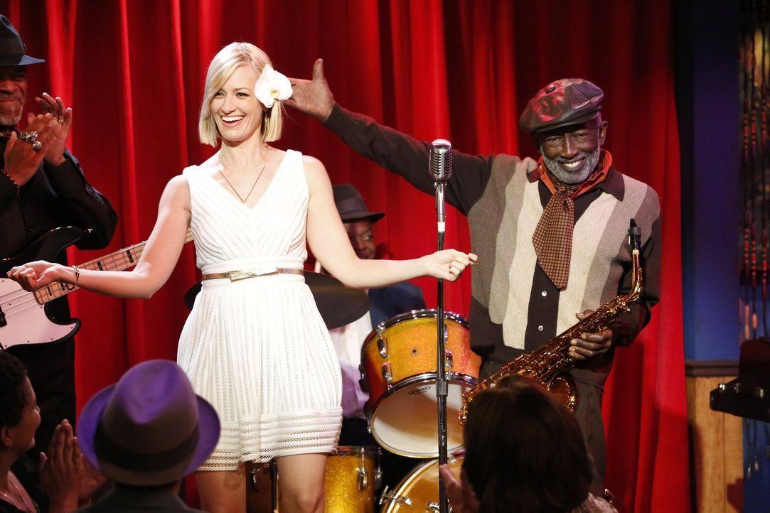 Als Earl (Garrett Morris, r.) ihnen verrät, dass er früher als Saxophonist in einer Jazzband mitgemacht hat, setzen Caroline (Beth Behrs, l.) und Ma... - Bildquelle: 2015 Warner Brothers