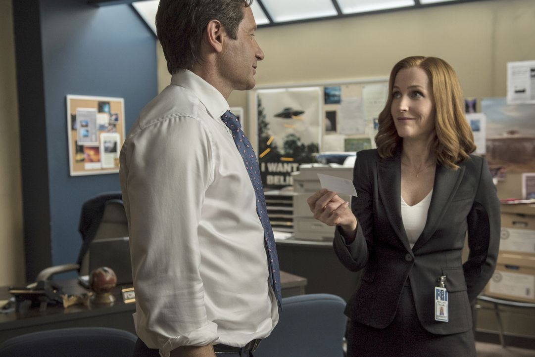 Zwei Terroristen verüben in Texas einen Anschlag. Mulder (David Duchovny, l.) und Scully (Gillian Anderson, r.) werden zu dem Fall hinzugezogen, um... - Bildquelle: 2016 Fox and its related entities.  All rights reserved.