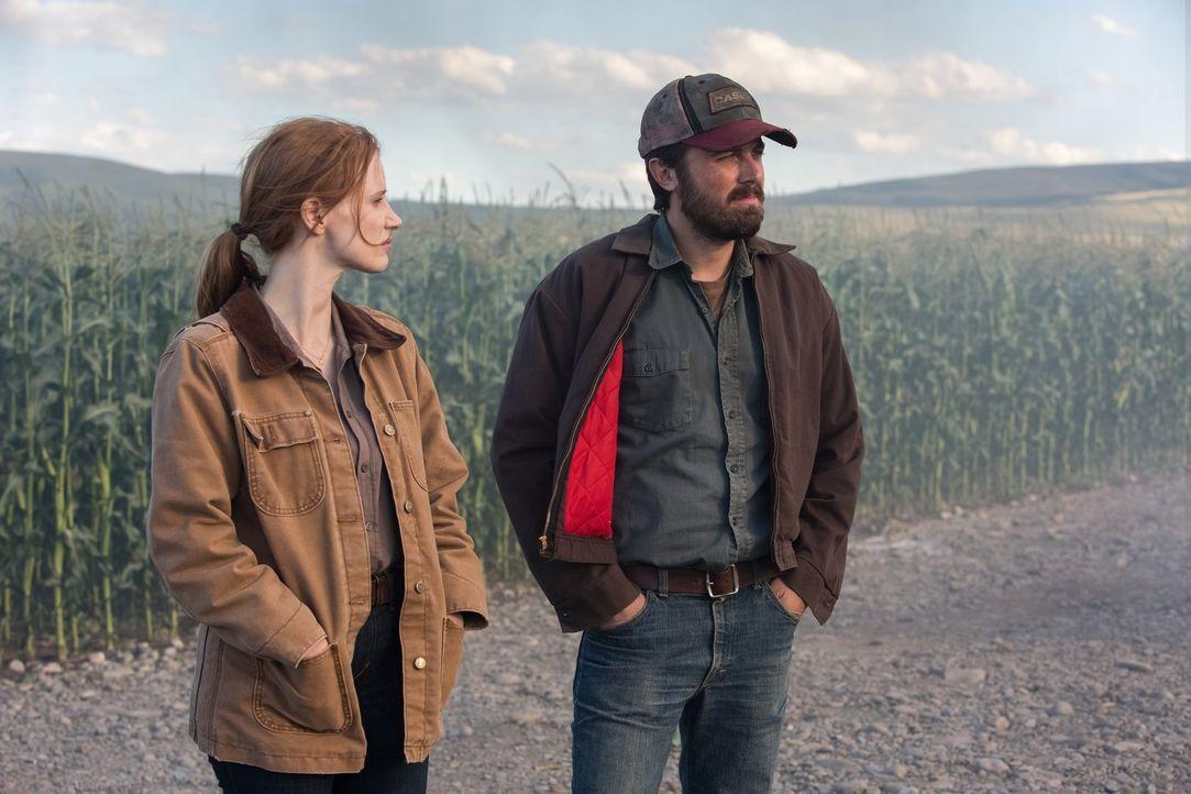 Um ein neues Zuhause für die Menschheit zu finden, reist Toms (Casey Affleck, r.) und Murphs (Jessica Chastain, l.) Vater seit vielen Jahren durch d... - Bildquelle: 2014 Warner Bros.